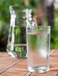 Kalte Getränke belasten das Verdauungsfeuer.