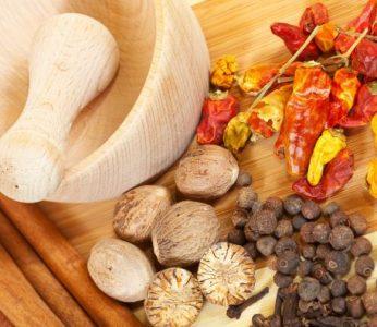 Scharfe Gewürze unterstützen das Verdauungsfeuer und damit gut für die Verdauung.
