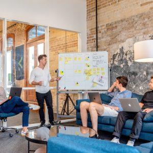 Team bespricht ihr projekt. Notizen auf Whiteboard