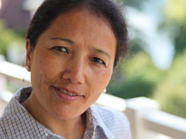 Ärztin der Tibetischen Medizin beim Studium der alten Schriften