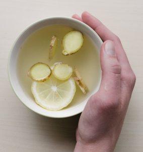 Ein warmer Tee nach dem Essen z.B. mit Ingwer unterstützt die Verdauung