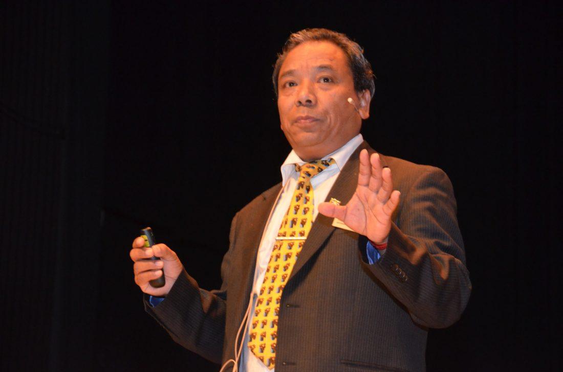 Amchi Tsultrim Lobsang haelt einen Vortrag