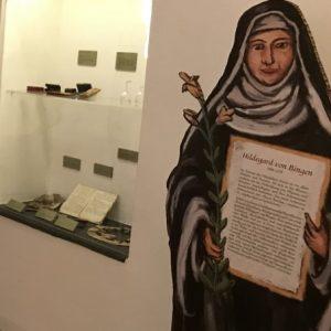 Eine lebensgrosse Zeichnung auf Karton der Hildegard von Bingen.