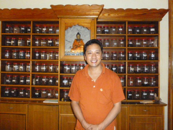 Dr. Sherab Tenzin in der Apotheke des PURE VISION SORIG Healing and Research Center
