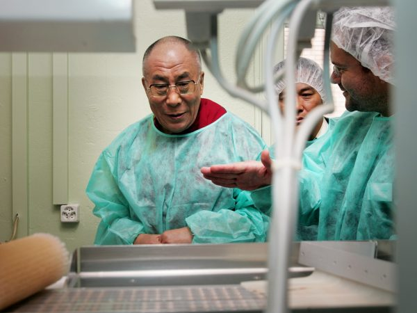 Der Dalai Lama besichtigt eine Produktionsstaette für Tibetische Arzneimittel