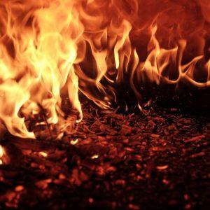 Eine brennende Feuerstelle mit Flammen und Glut.