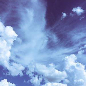 Wind in den Wolken mit blauem Himmel.