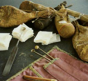 Kräuterpulver in Lederbeutel als Aufbewahrung, Dosierlöffel, Papier zum Dosieren.